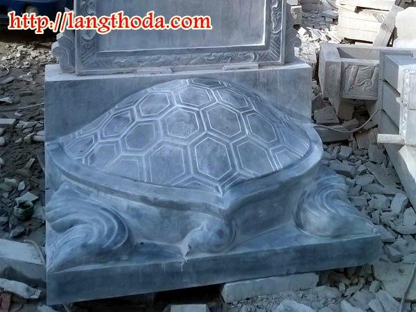 Phía sau bia rùa bằng đá